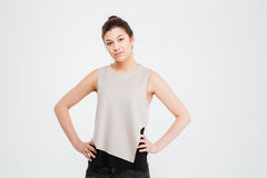 Jeune femme sérieuse sûre d'affaires se tenant avec des mains sur la taille Photo libre de droits