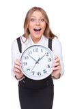 Jeune femme stupéfait affichant l'horloge Image libre de droits