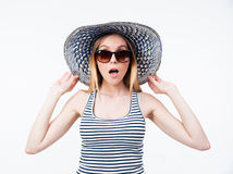 Jeune femme stupéfaite dans le chapeau et des lunettes de soleil Images libres de droits