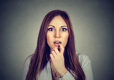 Jeune femme stupéfaite étonnée par portrait Photographie stock