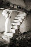 Jeune femme sur de vieux escaliers. photographie stock libre de droits