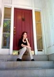 Jeune femme sur des opérations d'appartement de ville photographie stock libre de droits