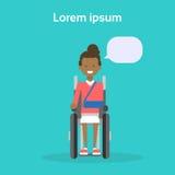 Jeune femme sur l'Afro-américain heureux Sit On Wheelchair Disability Concept de sourire handicapé féminin de fauteuil roulant Images libres de droits