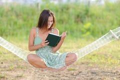 Jeune femme sur l'hamac Image stock