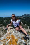 Jeune femme sur la falaise de montagne photographie stock