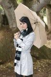 Jeune femme sur la forêt d'automne photographie stock libre de droits