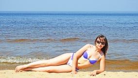 Jeune femme sur la mer baltique Image stock