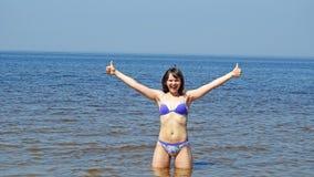 Jeune femme sur la mer baltique Photo stock