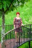 Jeune femme sur la passerelle Photos libres de droits