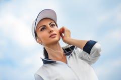 Jeune femme sur la plage écoutant la musique Photographie stock