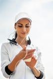 Jeune femme sur la plage écoutant la musique Images stock