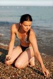 Jeune femme sur la plage Photos libres de droits