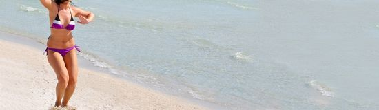 Jeune femme sur la plage Photo libre de droits