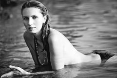 Jeune femme sur la plage Image libre de droits