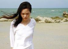 Jeune femme sur la plage Photographie stock