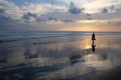Jeune femme sur la plage Images stock