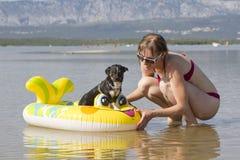 Jeune femme sur la plage avec le crabot Images stock
