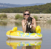 Jeune femme sur la plage avec le crabot Photo stock