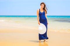 Jeune femme sur la plage d'océan Image libre de droits