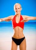Jeune femme sur la plage de mer Images stock