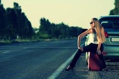 Jeune femme sur la route Images libres de droits