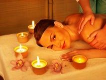 Jeune femme sur la table de massage dans la station thermale de beauté. Photographie stock