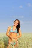 Jeune femme sur la zone de blé photos libres de droits