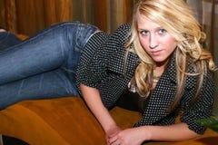 Jeune femme sur le banc Photo libre de droits