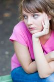 Jeune femme sur le banc Photographie stock