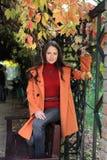 Jeune femme sur le banc en stationnement d'automne images libres de droits