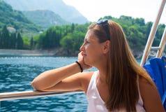 Jeune femme sur le bateau photos libres de droits