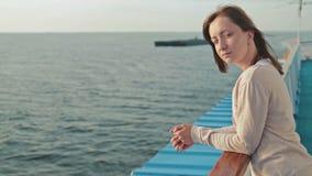 Jeune femme sur le bateau de croisière au lever de soleil banque de vidéos