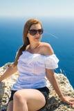 Jeune femme sur le bord de la mer photo stock