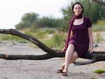 Jeune femme sur le branchement d'arbre Photographie stock libre de droits