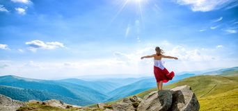 Jeune femme sur le dessus de la montagne Images stock