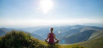 Jeune femme sur le dessus de la montagne photographie stock libre de droits