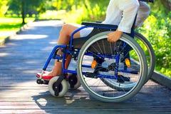 jeune femme sur le fauteuil roulant en parc Photos libres de droits