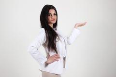 Jeune femme sur le fond blanc image stock