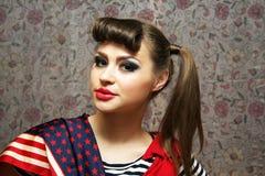 Jeune femme sur le fond de tissu Photographie stock libre de droits