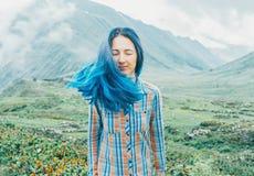 Jeune femme sur le fond des montagnes Photographie stock