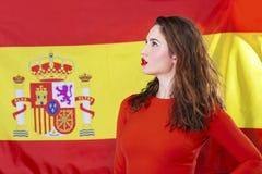 Jeune femme sur le fond du drapeau espagnol Photographie stock