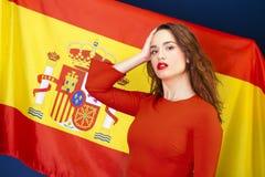 Jeune femme sur le fond du drapeau espagnol Images stock