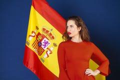 Jeune femme sur le fond du drapeau espagnol Image libre de droits