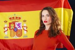 Jeune femme sur le fond du drapeau espagnol Photos libres de droits