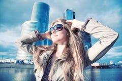 Jeune femme sur le fond moderne de ville Images libres de droits