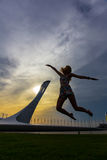 Jeune femme sur le fond olympique de Sotchi Image stock