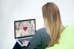 Jeune femme sur le site Web de datation Image libre de droits