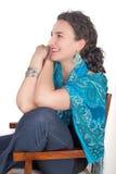 Jeune femme sur le sourire de chaise Image stock