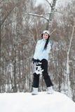 Jeune femme sur le surf des neiges Photographie stock libre de droits