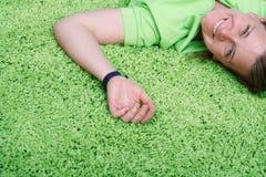 Jeune femme sur le tapis Image stock